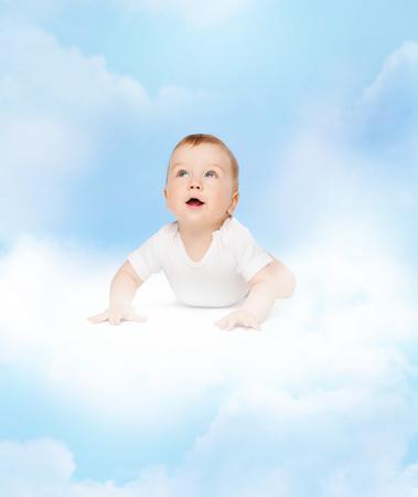 bebe gateando: concepto de niño y niño - bebé gateando curiosos mirando hacia arriba
