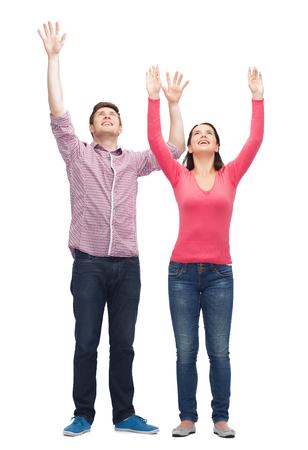 manos levantadas: amistad, juventud, saludo y personas - sonrientes adolescentes con las manos levantadas Foto de archivo