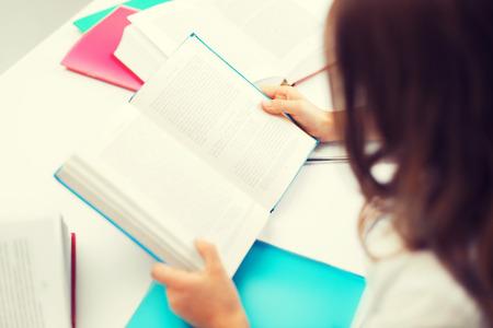교육, 아이들과 학교 개념 - 공부하는 어린 학생 소녀 스톡 콘텐츠