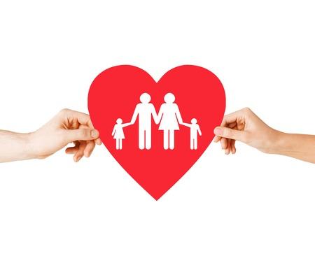apoyo familiar: la salud, el amor, la aprobación y relaciones concepto - detalle de manos par con gran corazón rojo con la familia y los niños