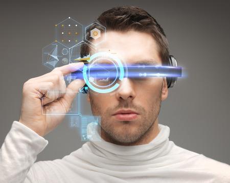 toekomst, technologie en mensen concept - man in futuristische glazen Stockfoto