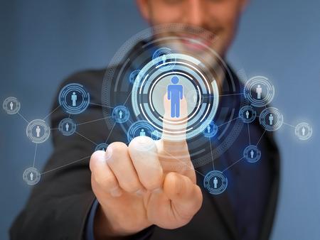 Negocios, tecnología, internet y el concepto de redes sociales - hombre de negocios que presiona el botón con el contacto en las pantallas virtuales Foto de archivo - 31098119