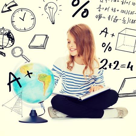 schoolkid search: la educaci�n y la escuela concepto - ni�a estudiante que mira el globo y que sostiene el libro