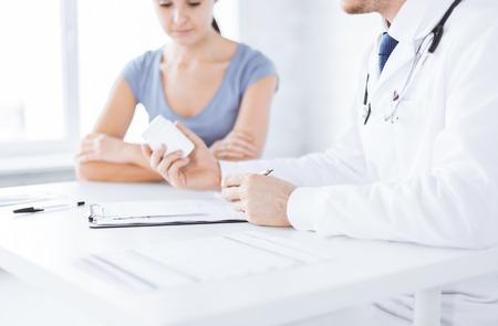 患者と薬を処方する医師のクローズ アップ 写真素材