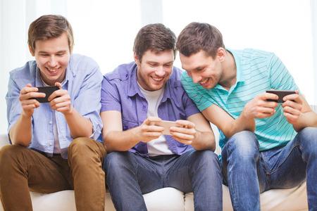 우정, 기술과 홈 개념 - 집에서 스마트 폰으로 남자 친구 미소