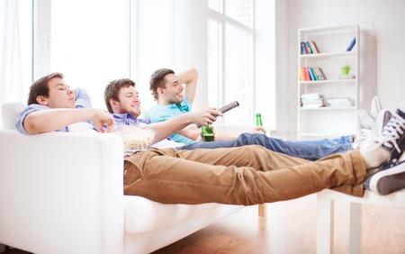 Amicizia, casa, sport e divertimento concetto - amici maschi felici con birra guardare la tv a casa Archivio Fotografico - 31099502