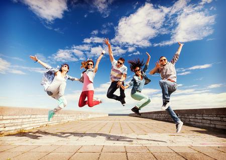 danza: verano, el deporte, el baile y el concepto de estilo de vida adolescente - grupo de adolescentes saltando Foto de archivo