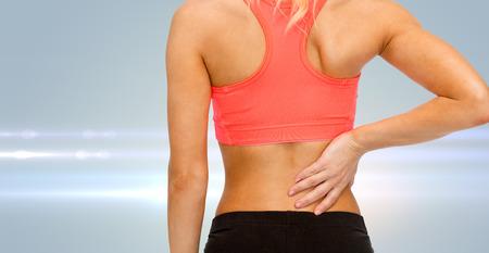 dolor muscular: aptitud, salud y medicina concepto - cerca de la mujer deportiva tocando su espalda