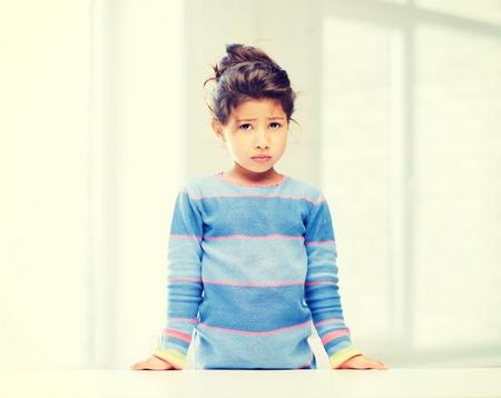 niños tristes: la educación y el concepto de la escuela - niña estudiante cansado en la escuela