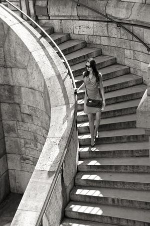 bajando escaleras: verano, vacaciones, viajes, moda y concepto de la gente - la mujer en gafas de sol y vestido caminando por las escaleras con el bolso Foto de archivo