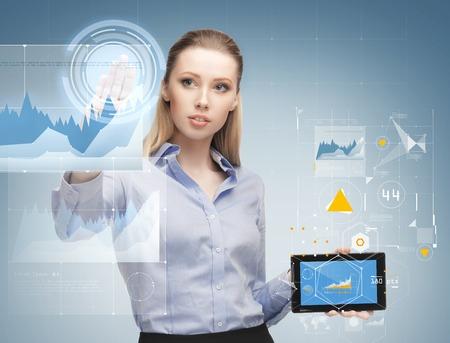 Wirtschaft, Zukunftstechnologie, Entwicklung und Personen-Konzept - junge Geschäftsfrau mit Tablet PC und Grafik Projektionen