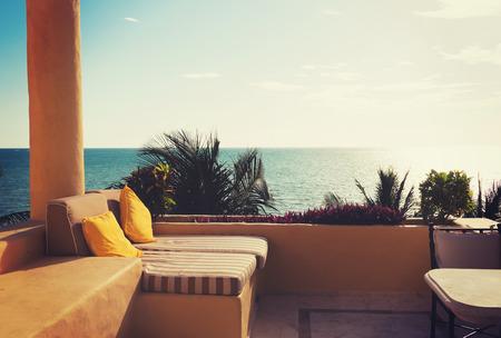 vakantie, huis en reizen concept - uitzicht op zee vanaf het balkon van het huis of hotel kamer Stockfoto