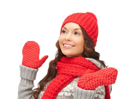 ropa de invierno: ropa de invierno, navidad, días de fiesta y la gente concepto - mujer asiática sonriente en el sombrero rojo, bufanda y guantes sobre fondo blanco Foto de archivo