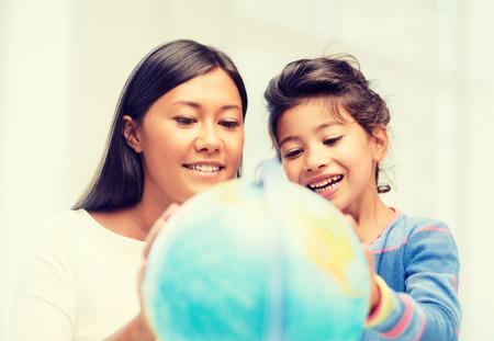 schoolkid search: familia, los ni�os, la educaci�n, la escuela y la gente feliz concepto - madre e hija con el globo Foto de archivo