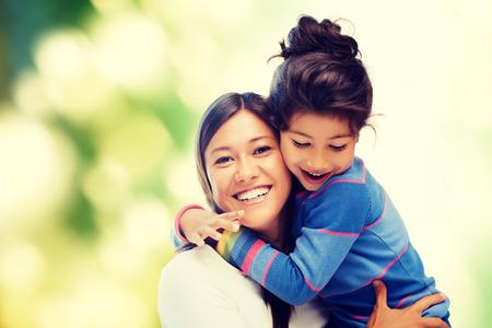 familie, kinderen en gelukkige mensen concept - knuffelen moeder en dochter