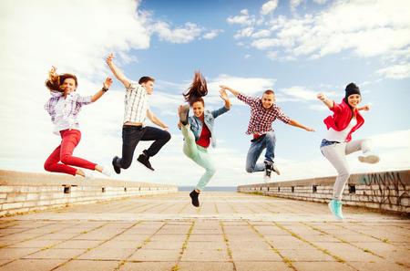 baile hip hop: verano, el deporte, el baile y el concepto de estilo de vida adolescente - grupo de adolescentes saltando Foto de archivo