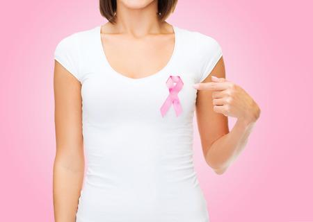 cancer de mama: cuidado de la salud y la medicina concepto - mujer en camiseta en blanco con la cinta de la conciencia del cáncer de pecho