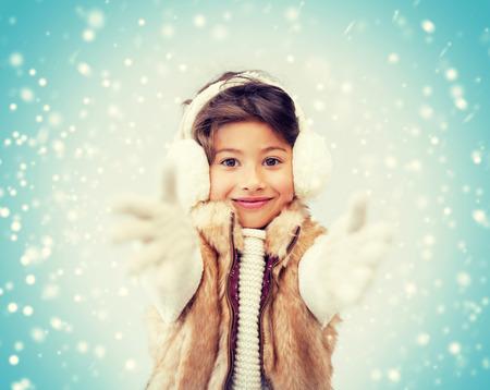 ropa de invierno: invierno, la gente, el concepto de la felicidad - niña feliz en ropa de invierno