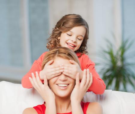 madre e hija adolescente: imagen de madre e hija haciendo una broma Foto de archivo