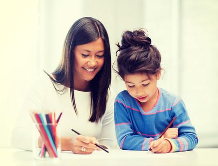 niños jugando en la escuela: la familia, los niños y la gente feliz concepto - la madre y la hija de dibujo Foto de archivo