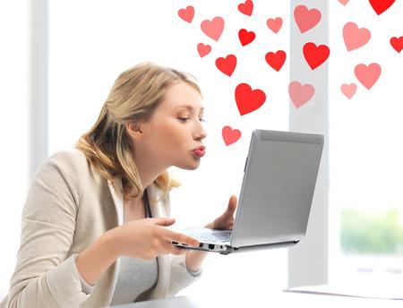 haciendo el amor: las relaciones virtuales, de citas en línea y el concepto de redes sociales - mujer enviando besos con el ordenador portátil