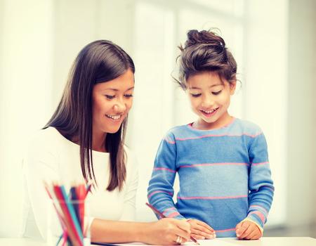 niños estudiando: la familia, los niños y la gente feliz concepto - la madre y la hija de dibujo Foto de archivo