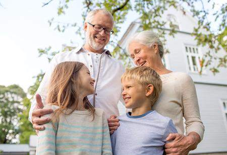 가족, 행복, 세대, 가정 및 사람들 개념 - 행복한 가족 야외 집 앞에 서 스톡 콘텐츠 - 31682293