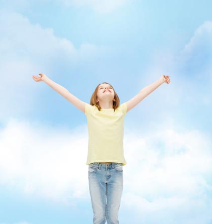 manos levantadas: la felicidad, la libertad, el concepto de futuro - chica adolescente sonriente con las manos en alto Foto de archivo