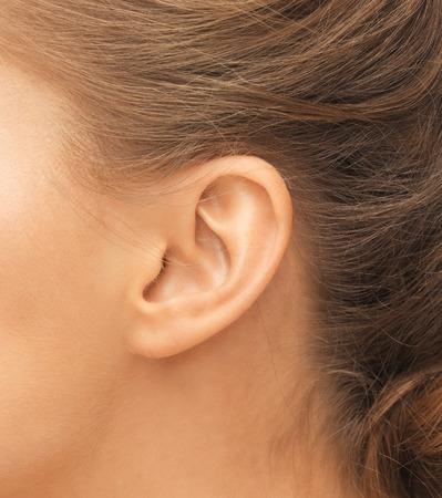 청각, 건강, 아름다움과 피어싱 개념 - 가까운 여성의 귀까지