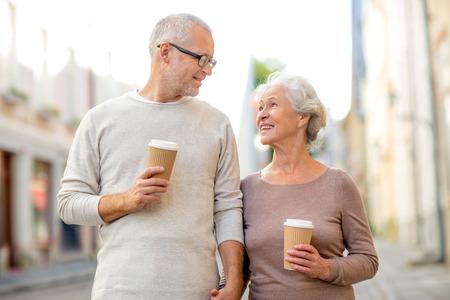 familie, leeftijd, toerisme, reizen en mensen concept - senior paar op straat stad Stockfoto