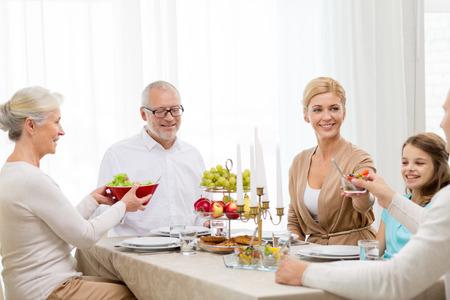 högtider: familj, helgdagar, generation och människor begrepp - leende familj middag hemma