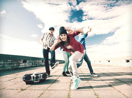 Le sport, la danse et le concept de la culture urbaine - groupe d'adolescents dansant Banque d'images - 32282519
