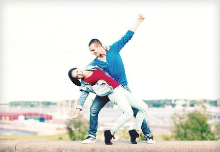 bailarin hombre: vacaciones de verano, concepto adolescente y el baile - Pareja de adolescentes que bailan fuera