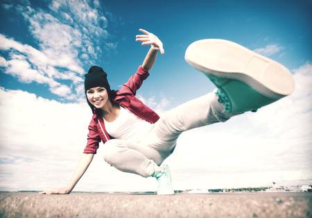ragazze che ballano: lo sport, la danza e il concetto cultura urbana - bella ragazza che balla in movimento Archivio Fotografico