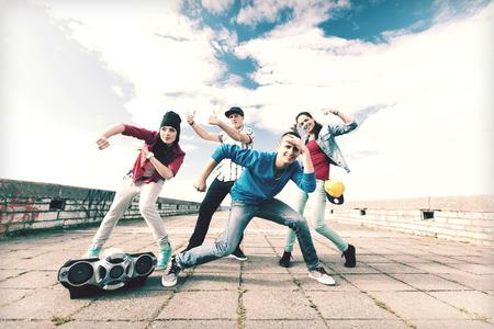 gente bailando: deporte, el baile y el concepto de cultura urbana - grupo de adolescentes bailando Foto de archivo