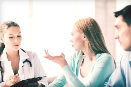 consulta médica: brillante imagen de médico con los pacientes en el gabinete Foto de archivo