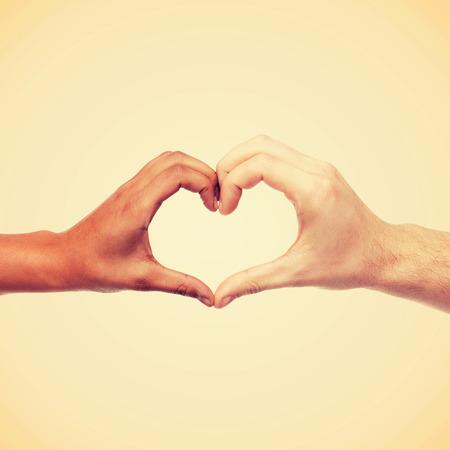 amantes: el amor y las relaciones de concepto - de cerca de mujer y hombre manos que muestran la forma del coraz�n