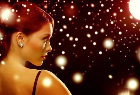럭셔리, VIP, 나이트 클럽, 파티, 크리스마스, 엑스 마스, 섣달 그믐 개념 - 이브닝 드레스에서 아름 다운 여자 다이아몬드 귀걸이를 착용