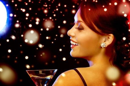 luxus, vip, noční život, večírek, štědrovečerní, x-mas, Silvestr koncept - krásná žena ve večerních šatech s koktejlem