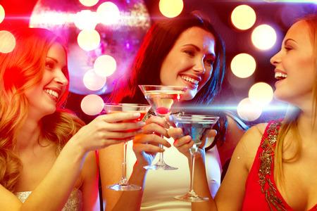 새 해, 축하, 친구, 처녀 파티, 생일 개념 - 칵테일과 무도회 저녁 드레스에 세 여자 스톡 콘텐츠