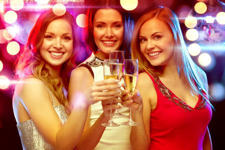 새 해, 축하, 친구, 처녀 파티, 생일 개념 - 샴페인 안경 저녁 드레스에 세 아름다운 여성