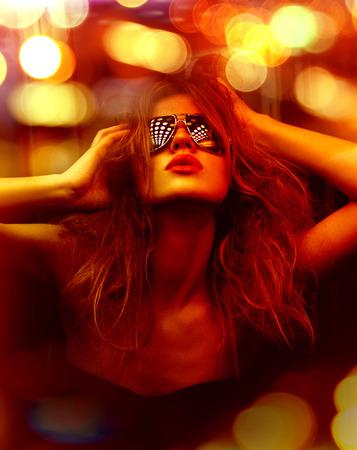 donkere kleur getinte foto van modieuze vrouw in nachtclub
