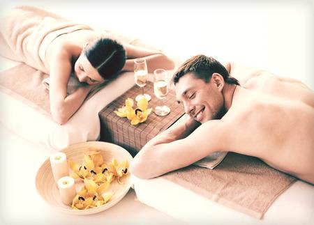 massaggio: foto di coppia in spa salon che giace sulle scrivanie di massaggio Archivio Fotografico