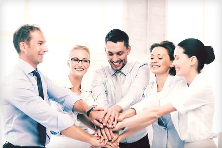 image de l'équipe d'affaires heureux célébrant la victoire dans le bureau Banque d'images