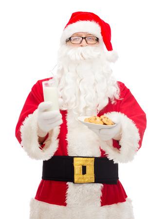 essen und trinken: weihnachten, feiertage, Essen, Trinken und Personen-Konzept - ein Mann im Kost�m von Santa Claus mit einem Glas Milch und Kekse