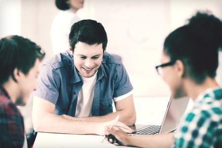 alumnos estudiando: concepto de educaci�n - grupo de estudiantes que estudian en la escuela