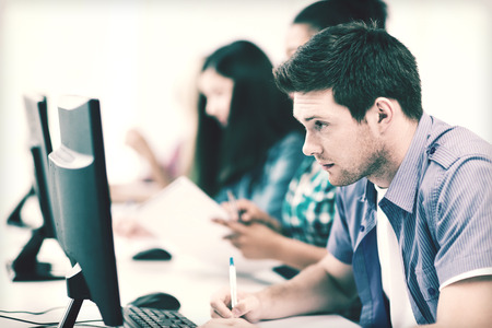 aprendizaje: concepto de educación - estudiante con la computadora estudiando en la escuela
