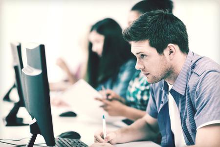 onderwijs concept - student met computer studeert op school