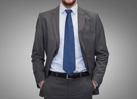 ビジネス、人とオフィスのコンセプト - 灰色の背景上の実業家のクローズ アップ