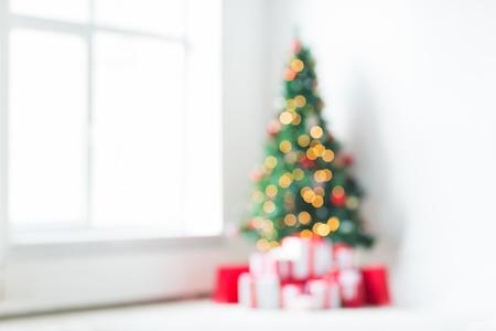 Vacances, célébration et le concept de la maison - salon avec arbre de Noël et présente de fond Banque d'images - 32785379